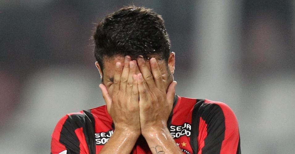 29.jan.2014 - Zezinho lamenta após gol sofrido contra o Sporting Cristal, em Lima, pela primeira fase da Libertadores