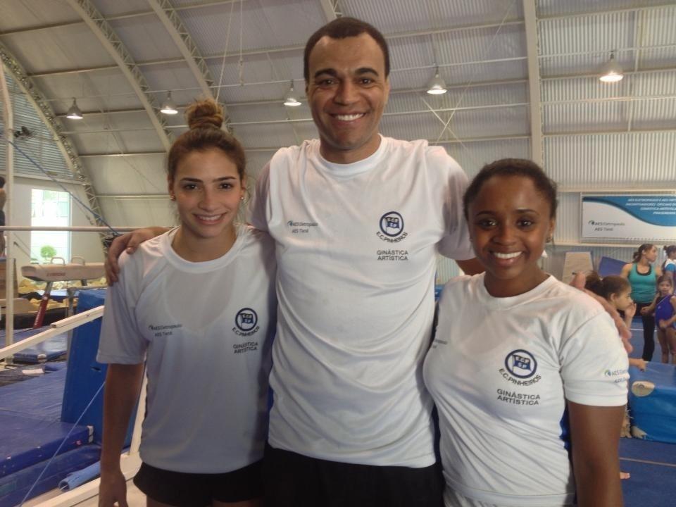 Lais Souza (esq.) posa para foto ao lado de Denilson e Daiane dos Santos