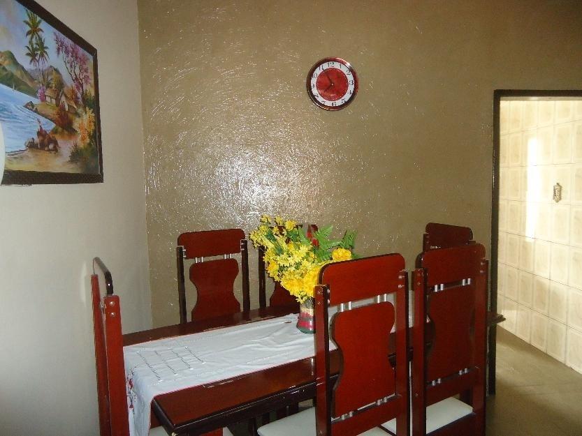 Mesa da sala da casa da família de Rita de Cássia, em Recife (PE). Além de motorista, arrumadeira, lavadeira e passadeira, hóspede poderá ter café-da-manhã com delícias regionais, como bolo de rolo e tapioca