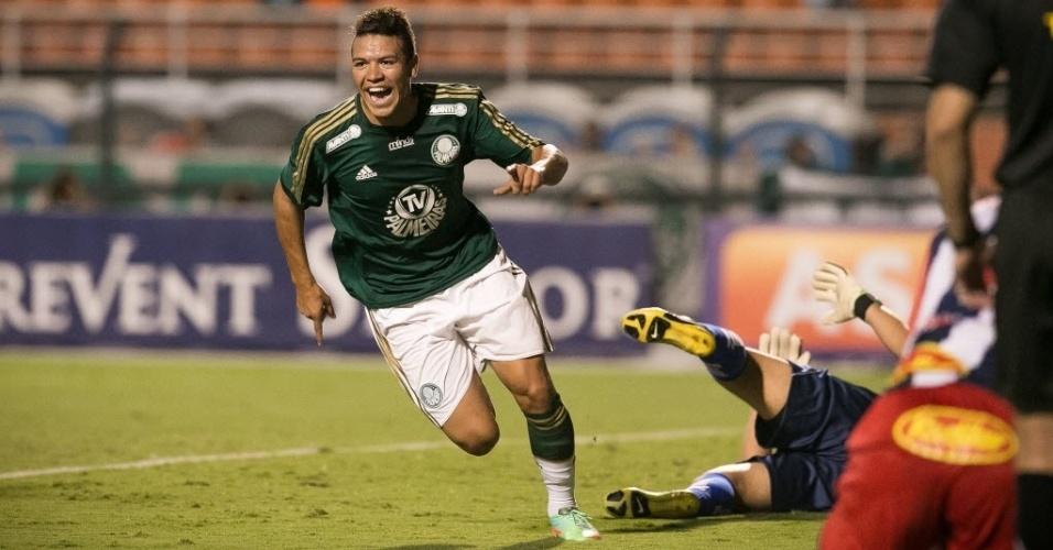 30.jan.2014 - Marquinhos Gabriel comemora o 1° gol do Palmeiras contra o Penapolense no Pacaembu
