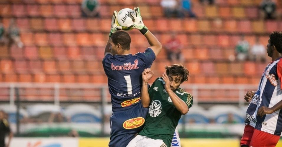 30.jan.2014 - Samuel, goleiro do Penapolense, chega antes que Valdivia e agarra a bola