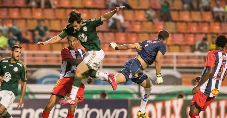 30.jan.2014 - Samuel, goleiro do Penapolense, desvia a bola cruzada antes da chegada de Valdivia, do Palmeiras