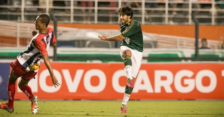 30.jan.2014 - Valdivia arrisca chute de longe para o Palmeiras contra o Penapolense