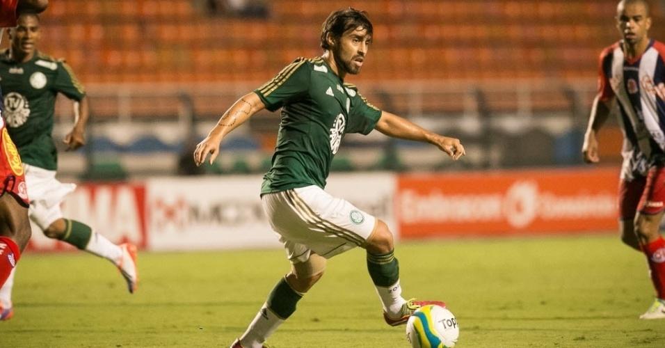 30.jan.2014 - Valdivia tenta jogada para o Palmeiras no duelo com o Penapolense no Pacaembu