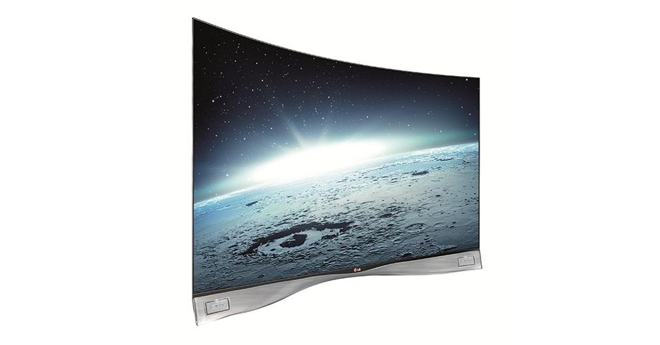A LG também lançou uma TV com tela curva em 3D. O modelo EA9800 apresenta o primeiro design ergonômico da indústria e proporciona uma experiência de IMAX em casa. A empresa garante que não há distorção se a imagem se move pela tela e o ângulo de visão é de 180°. O preço sugerido é de R$ 39.999,00, e ela tem ainda função Dual Play, que divide a tela para o torcedor que quiser assistir a duas partidas ao mesmo tempo.
