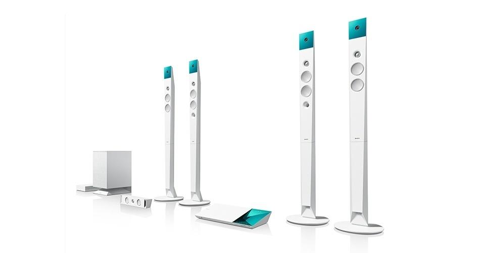 Este modelo de home theater com Blu-ray integrado tem um recurso chamado Torcida, que levará a emoção dos estádios para dentro de casa do torcedor. Por meio dessa função é possível bloquear totalmente o som do narrador e reforçar a vibração dos torcedores. O sistema é 3D, com recurso 4K Upscaling, que oferece ganho de qualidade e redução de ruído nas imagens. Preço sugerido: R$ 3.299,00.
