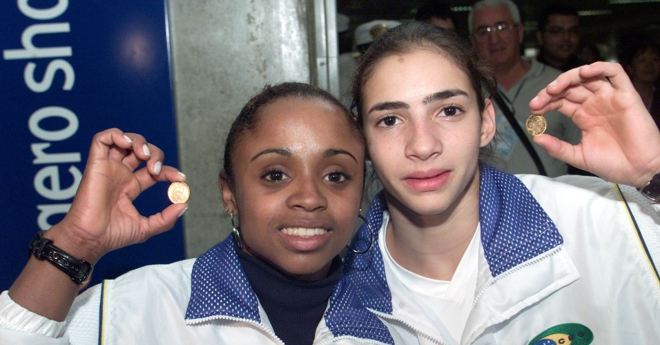 Ginastas Olimpicas Daiane dos Santos e Lais de Souza exibem medalha conquistada na Copa do Mundo em 2005
