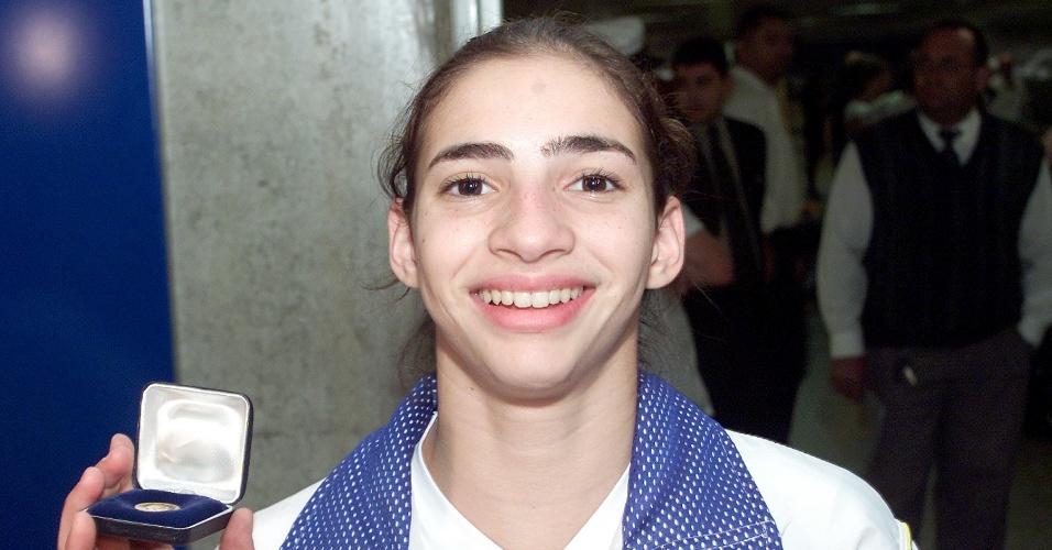 Lais de Souza exibe medalha conquistada na Copa do Mundo de ginástica na etapa de Stuttgart, em 2005