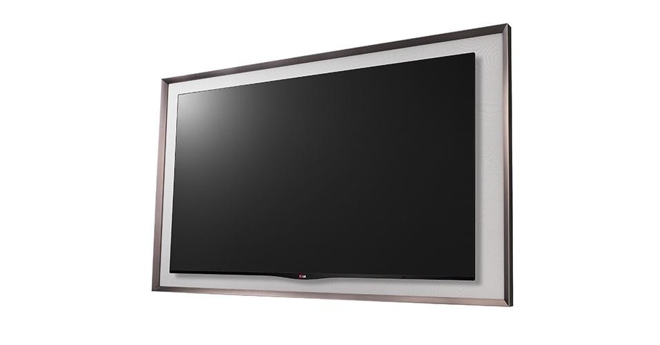 """OLED Gallery também da LG tem resolução full HD e um sistema que ativa, no modo stand-by, o chamado """"modo gallery"""", que deixa imagens de pinturas clássicas que já vêm armazenadas na TV aparecendo em looping. Mas é possível trocar as imagens dessa galeria fazendo, por exemplo, um apanhado com imagens de várias Copas do Mundo para personalizar a sala do torcedor. A moldura desta TV é em forma de quadro e ela tem um sistema de som com dois alto-falantes e dois woofers que, quando somados aos falantes da TV, ganham uma potência de 100W. R$ 39.999,00"""