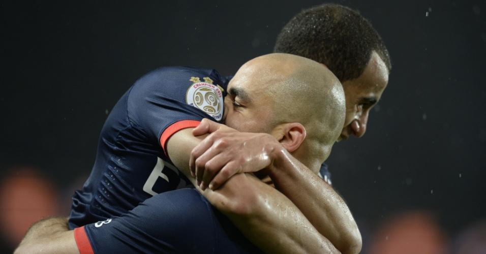 31.jan.2014 - Lucas é abraçado por Alex após gol do PSG