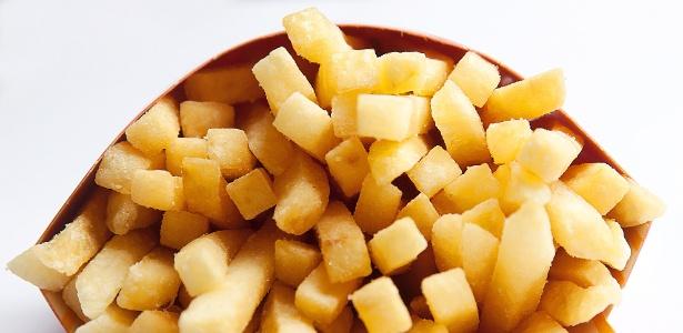 As partes queimadas das batatas fritas e cozidas, assim como do pão tostado, as bolachas, o pão branco e o café, contêm acrilamida, um composto comprovadamente cancerígeno e neurotóxico em células animais