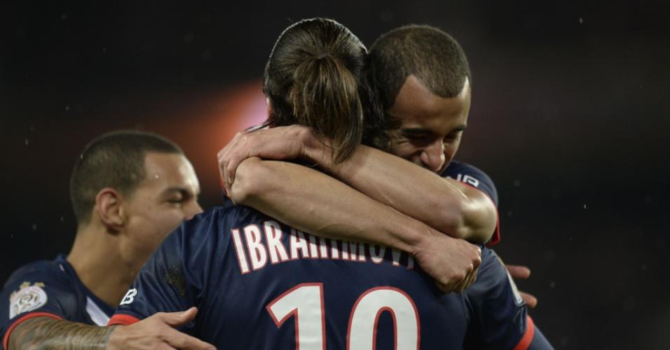 Lucas é abraçado por Ibrahimovic após gol do sueco na partida entre PSG e Bordeaux