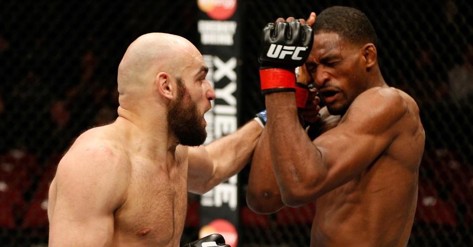 Russo Gasan Umalatov até acertou esse bom golpe em Neil Magny, mas acabou derrotado pelo norte-americano, por pontos, em sua estreia no UFC