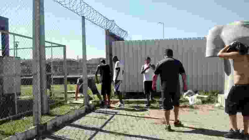 Torcedores invadem o gramado do CT Joaquim Grava, em protesto contra a goleada sofrida pelo Corinthians para o Santos - Karla Torralba/UOL
