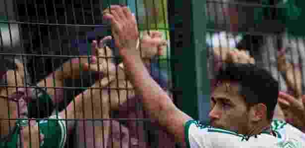 02.fev.2014 - Alan Kardec vai para a torcida palmeirense após gol de pênalti contra o São Paulo, no Pacaembu - Danilo Verpa/Folhapress - Danilo Verpa/Folhapress