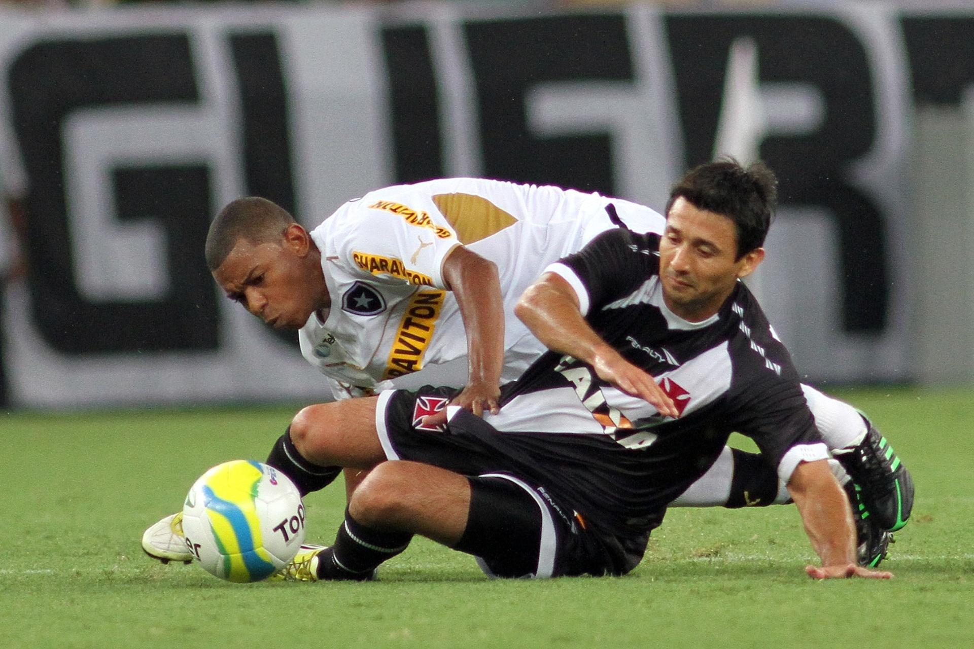 02.fev.2014 - Aranda recupera bola para o Vasco da Gama no clássico contra o Botafogo, no Maracanã