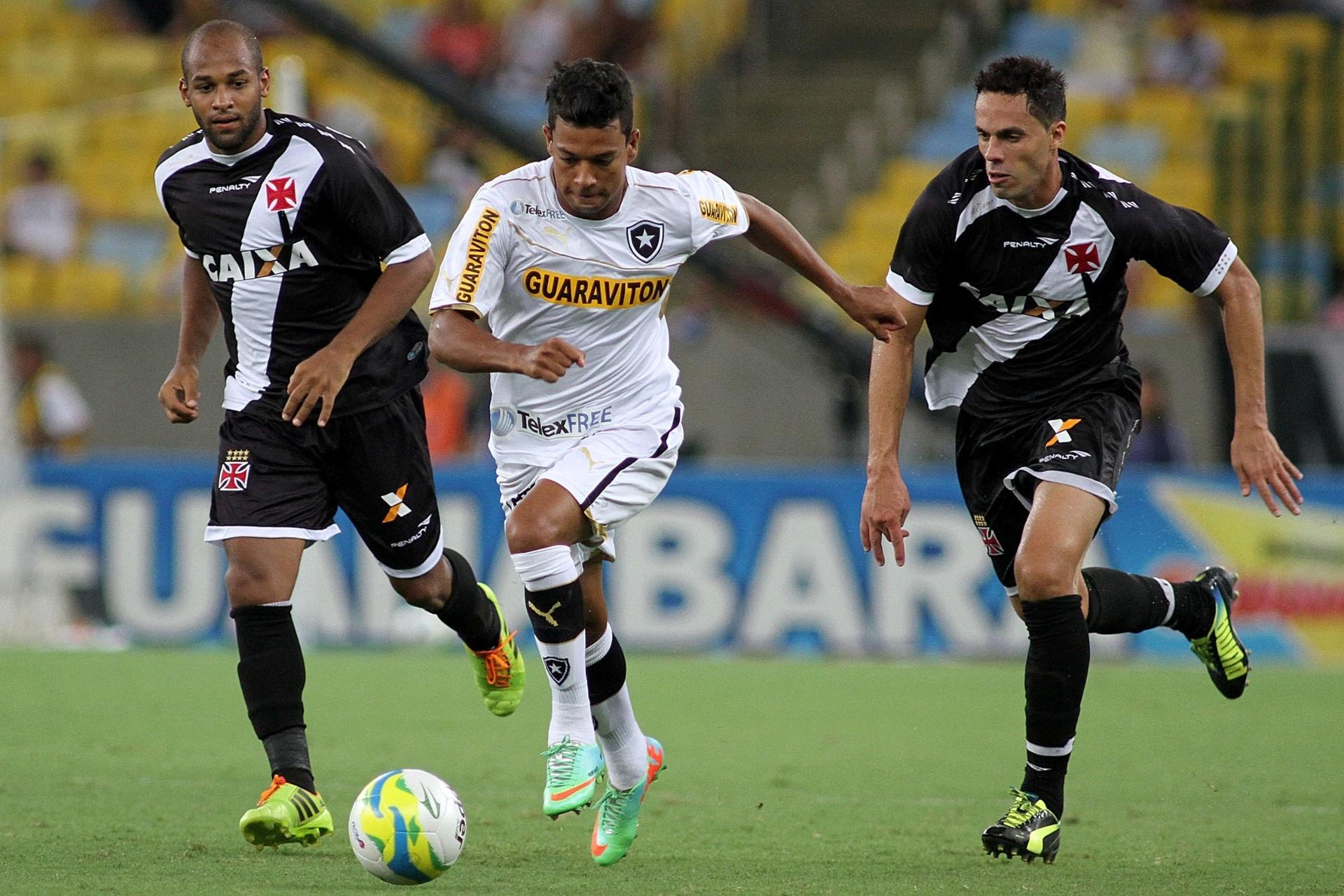 02.fev.2014 - Atacante Wallyson avança com a bola entre dois marcadores do Vasco da Gama, no Estádio do Maracanã