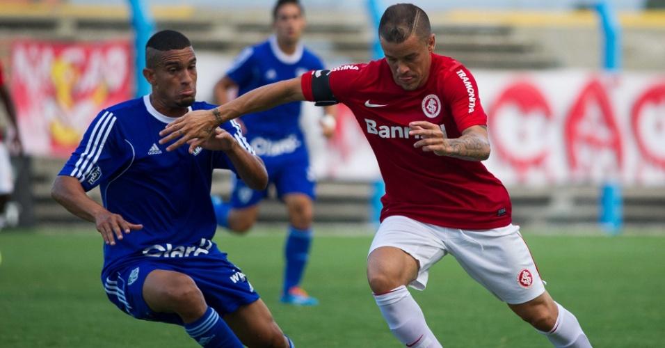02.fev.2014 - D'Alessandro conduz a bola na partida entre Internacional e Cruzeiro-RS, pelo Campeonato Gaúcho