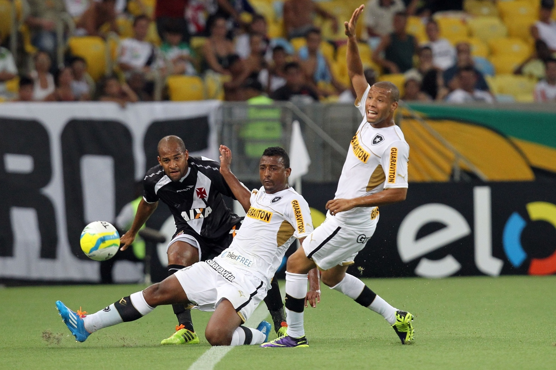 02.fev.2014 - Fellipe Bastos, do Vasco da Gama, tenta cruzamento em clássico contra o Botafogo, pelo Carioca