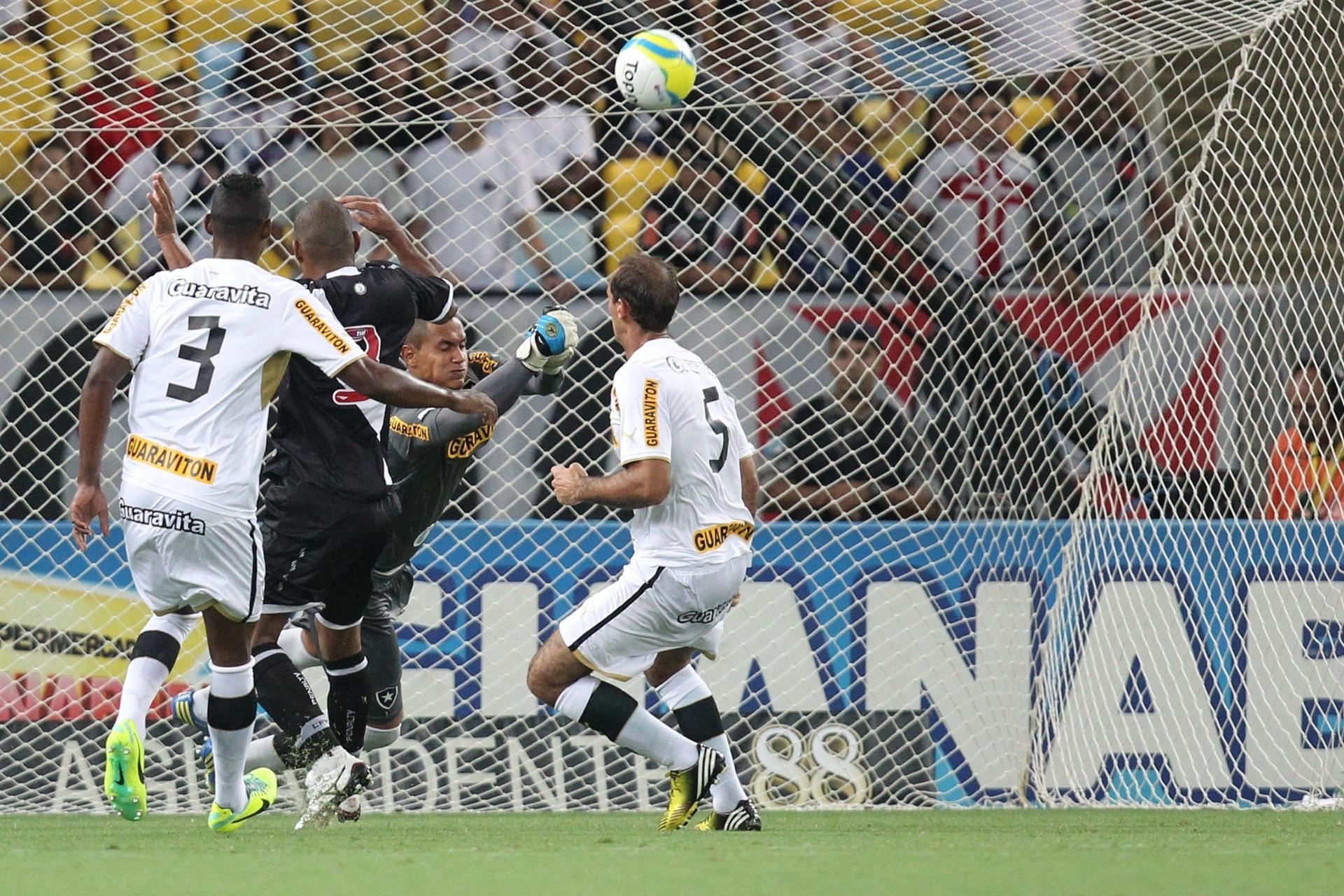 02.fev.2014 - Goleiro Renan afasta a bola, de soco, da área do Botafogo no clássico contra o Vasco da Gama