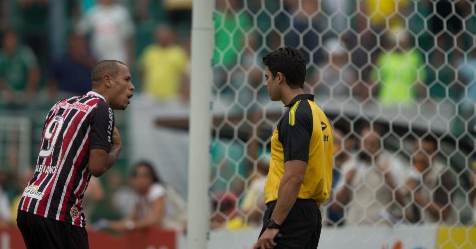 02.fev.2014 - Luís Fabiano, do São Paulo, reclama com árbitro auxiliar durante clássico contra o Palmeiras, no Pacaembu