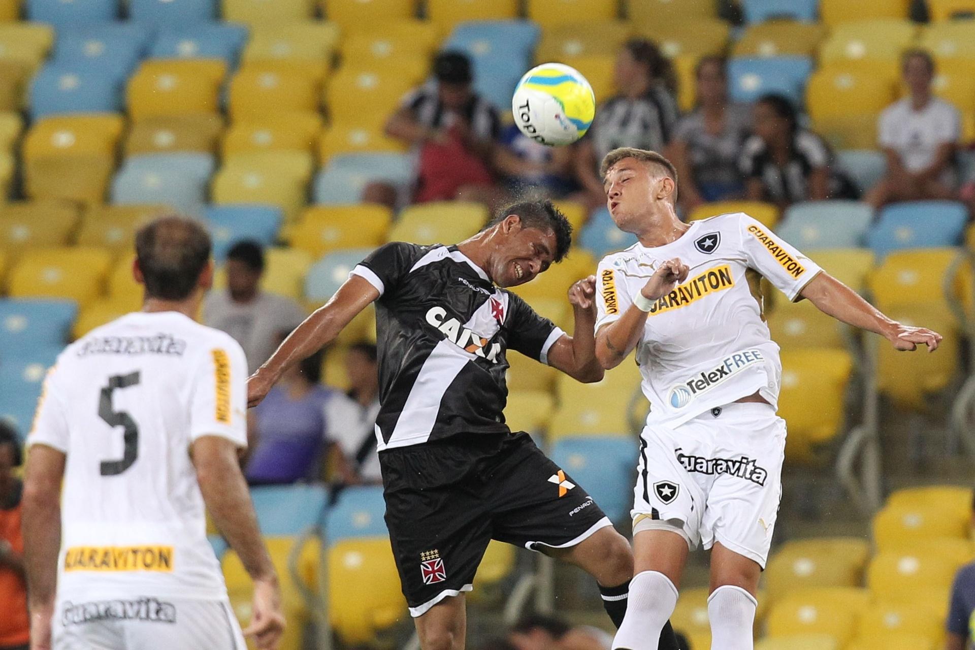 02.fev.2014 - Marlon e Gegê (direita) disputam bola de cabeça em clássico entre Vasco da Gama e Flamengo, no Maracanã