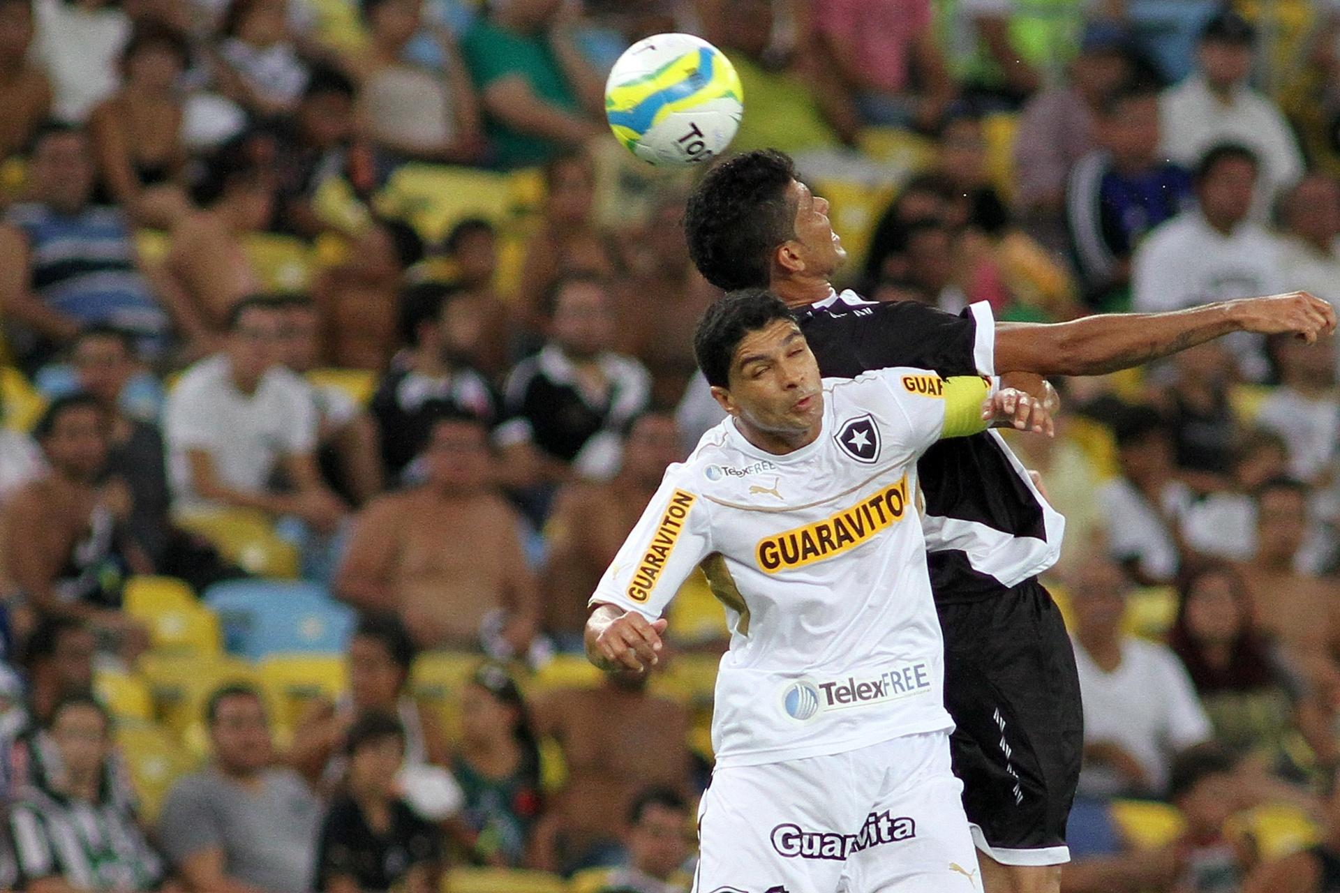 02.fev.2014 - Meia Renato, do Botafogo, disputa bola pelo alto com vascaíno Marlon, em clássico disputado no Maracanã