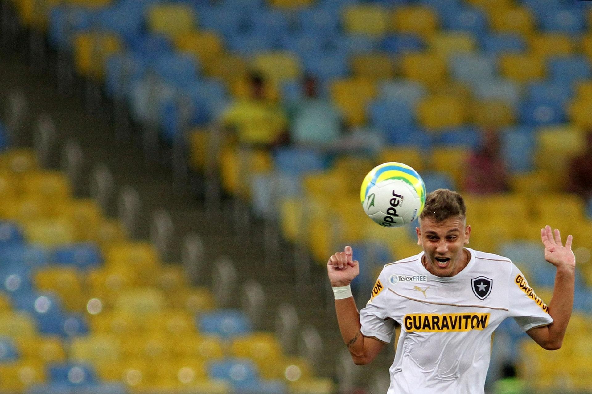 02.fev.2014 - Octávio, do Botafogo, sobe para cabecear bola no clássico contra o Vasco, pelo Campeonato Carioca
