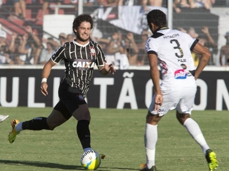 02.fev.2014 - Pato sai do banco e tenta ajudar Corinthians a vencer a Ponte, mas é derrotado por 2 a 1
