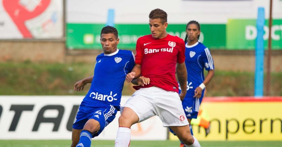 02.fev.2014 - Rafael Moura tenta criar jogada na partida entre Internacional  e a7ff99bc6c07f