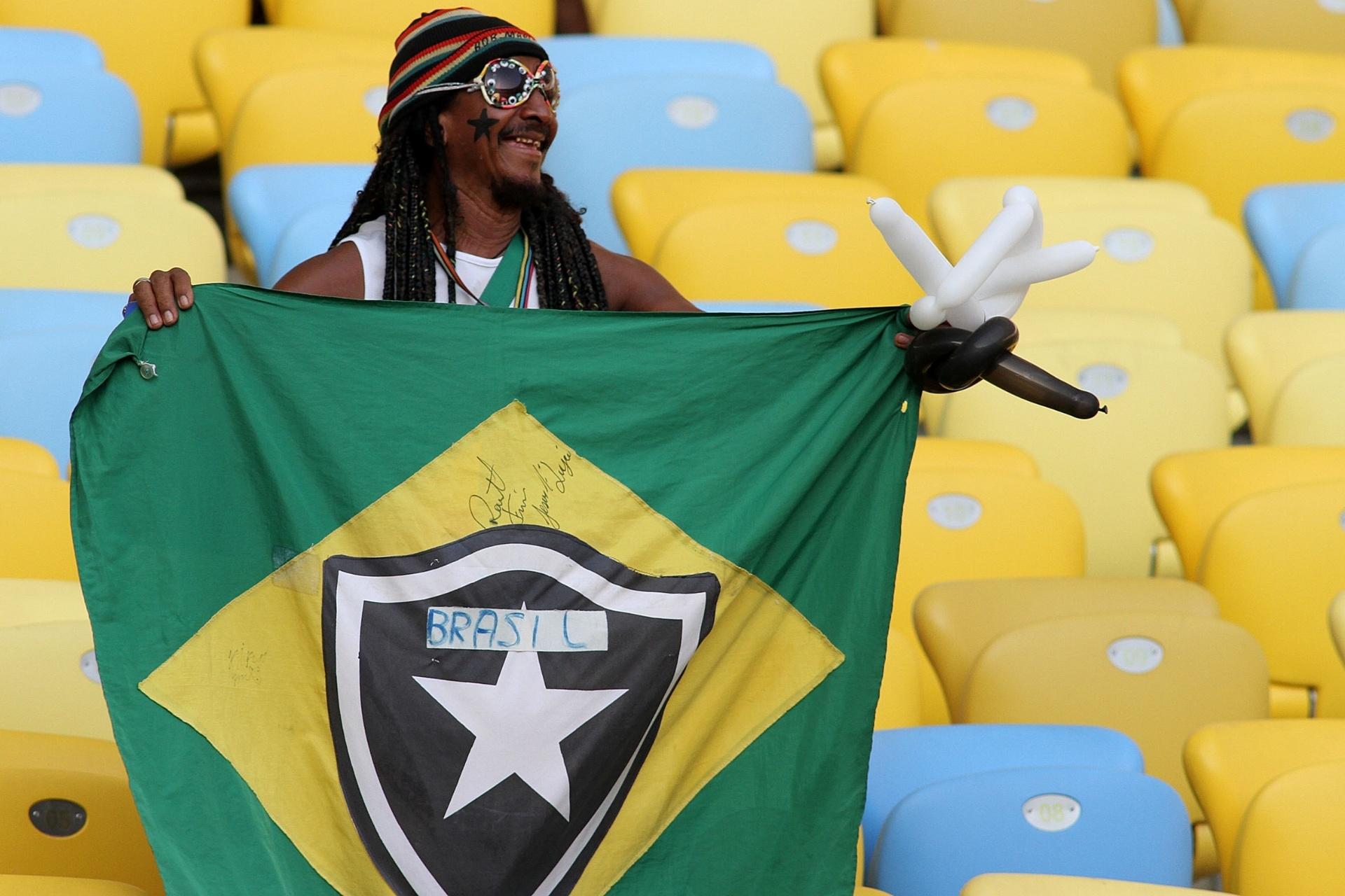 02.fev.2014 - Torcedor do Botafogo leva bandeira do Brasil com escudo do Glorioso para o Maracanã