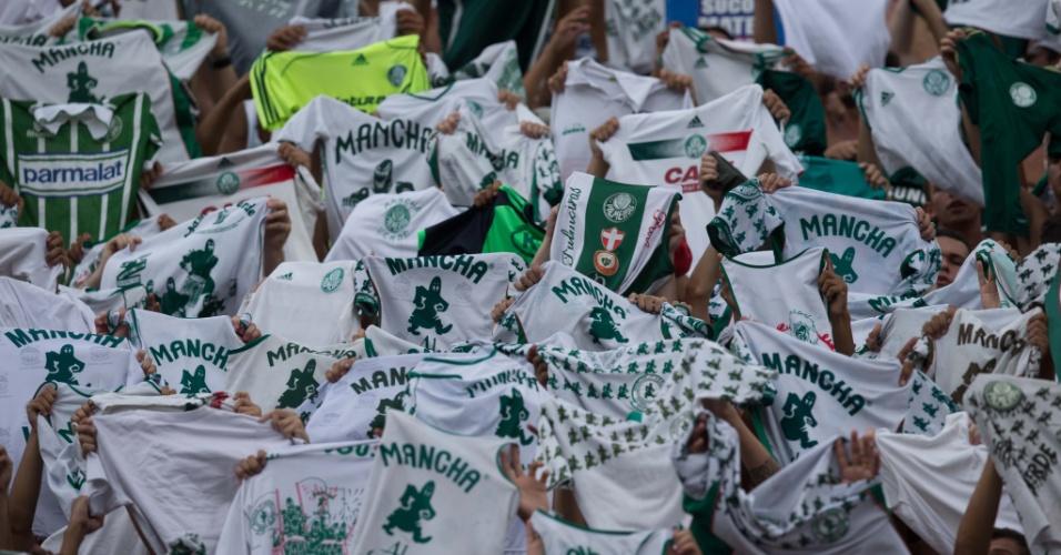 02.fev.2014 - Torcida do Palmeiras exibe diferentes camisas durante cantos no estádio do Pacaembu antes do apito inicial contra o São Paulo
