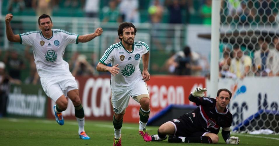 02.fev.2014 - Valdivia, de cabeça, abre o placar para o Palmeiras no clássico contra o São Paulo, no Pacaembu