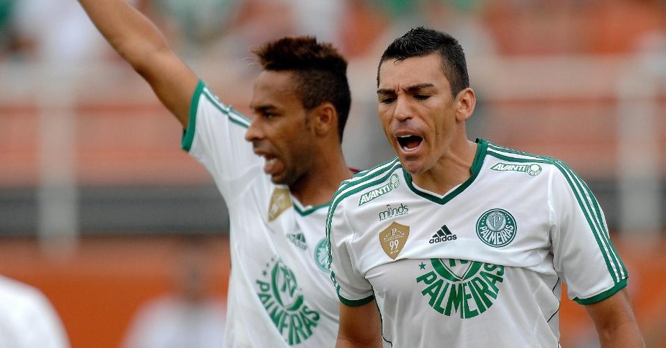 02.fev.2014 - Zagueiro Lúcio orienta defesa do Palmeiras no primeiro jogo contra seu ex-clube São Paulo