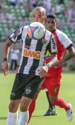 2 fev 2014 - Atacante Diego Tardelli em lance durante a vitória do Atlético-MG sobre o Nacional, por 2 a 1, no Independência