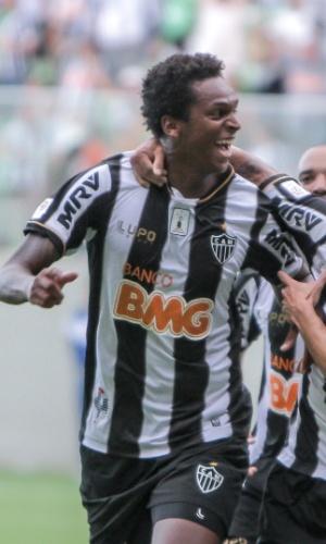 2 fev 2014 - Atacante Jô comemora com Neto Berola gol marcado na vitória do Atlético-MG sobre o Nacional, por 2 a 1, no Independência