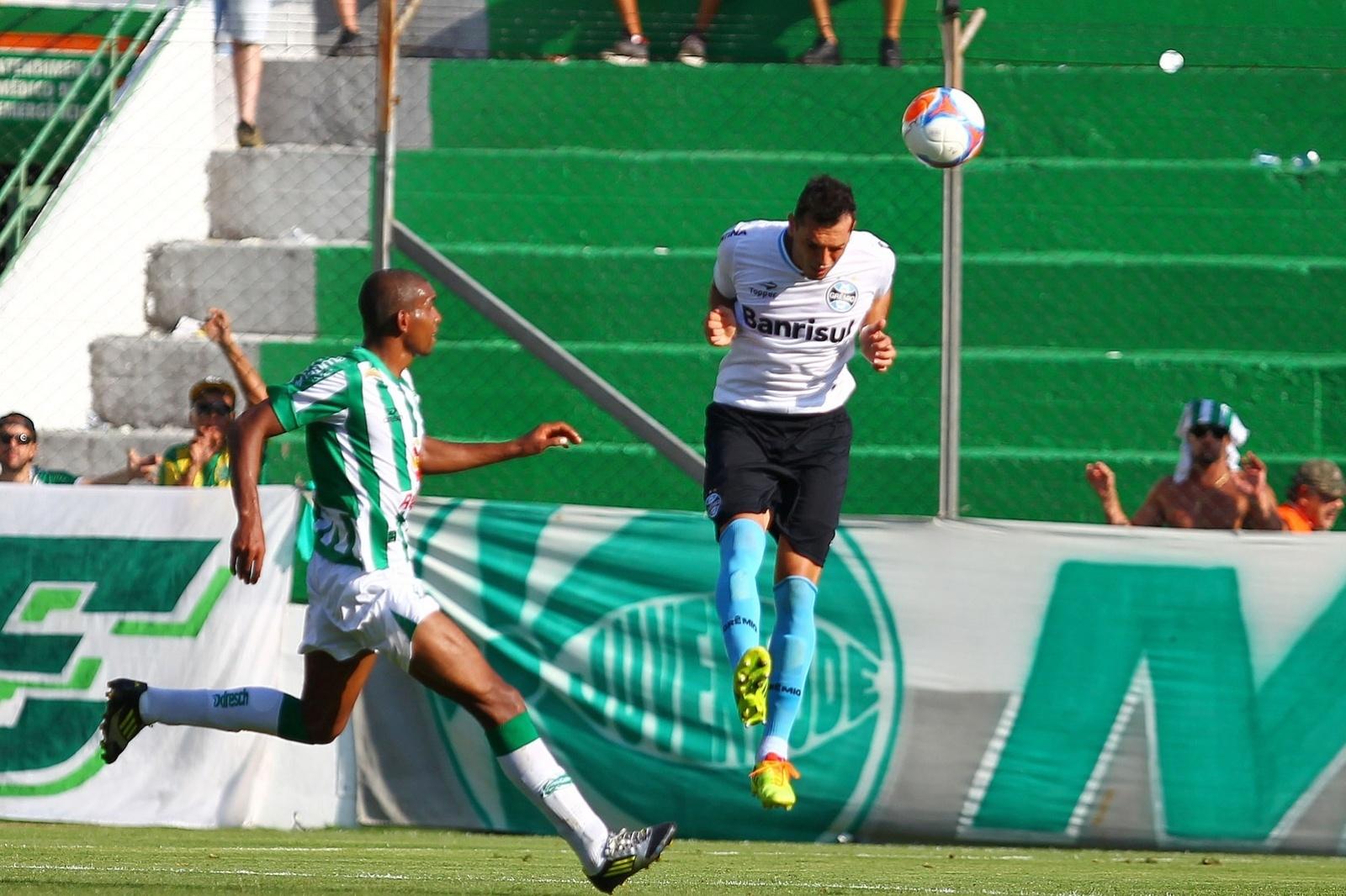 02 fev 2014 - Rhodolfo afasta bola em duelo entre Grêmio e Juventude