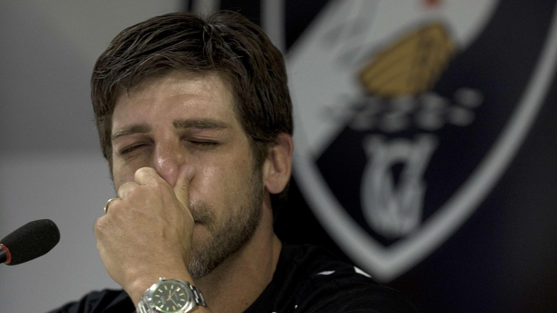 03 fev. 2014 - Juninho Pernambucano segura emoção durante despedida de futebol, em coletiva de imprensa realizada em São Januário