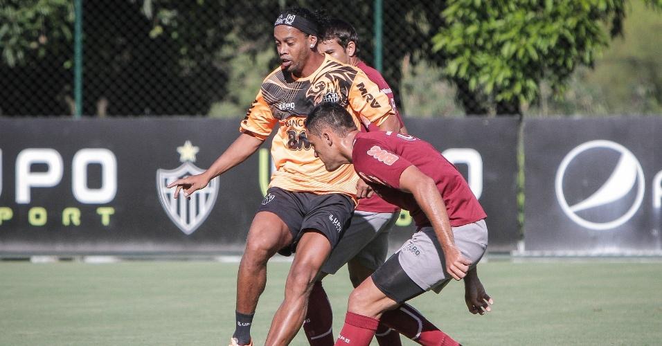 3 fev 2014 - Ronaldinho Gaúcho foi muito marcado pelo América-MG no jogo-treino vencido pelo Atlético-MG, mas deu passe para um dos gols de Neto Berola