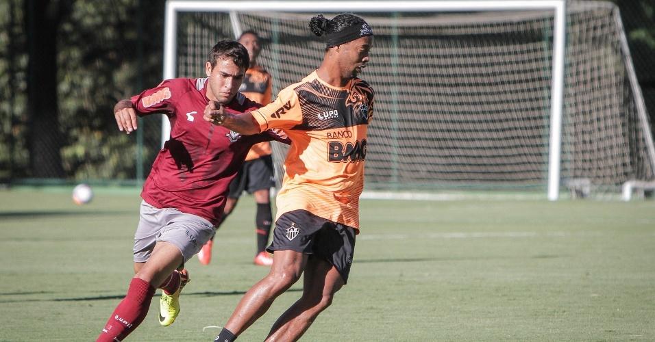 3 fev 2014 - Ronaldinho Gaúcho reforçou o time reserva do Atlético-MG na vitórias sobre os suplentes do América-MG, nesta segunda-feira, na Cidade do Galo