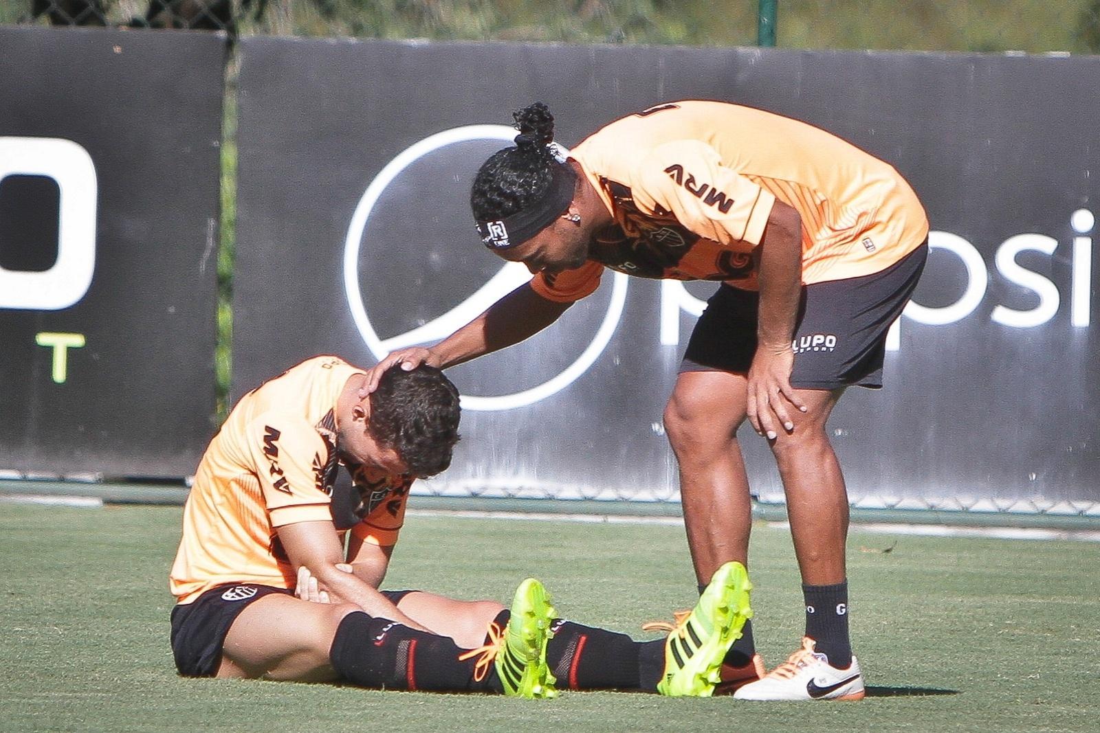 3 fev 2014 - Ronaldinho Gaúcho verifica a situação de Fillipe Soutto, que deixou o jogo-treino do Atlético-MG com suspeita de fratura no braço direito