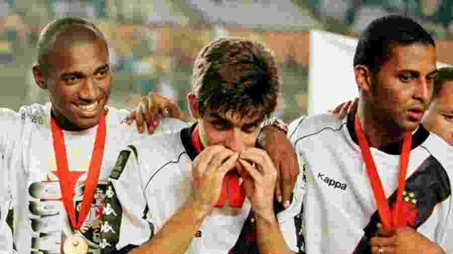 Juninho beija medalha após conquista do Vasco na Taça Libertadores da América de 1998 - Guillermo Granja/Reuters