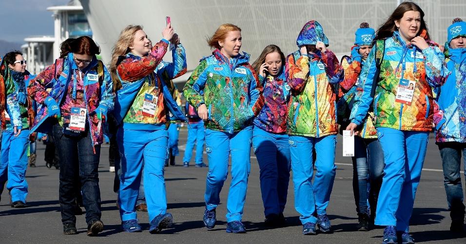 04. 02. 2014 - Uniformes coloridos dos voluntários de Sochi