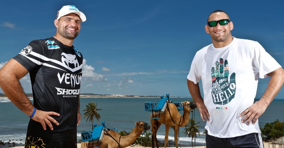 04.02.14 - Shogun e Henderson conheceram os camelos e as dunas da Praia de Genipabu, em Natal; duelo na capital potiguar será em 23 de março