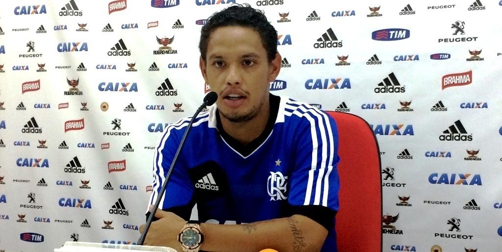 04.fev.2013 Meia Carlos Eduardo concede entrevista coletiva no CT Ninho do Urubu após treino do Flamengo