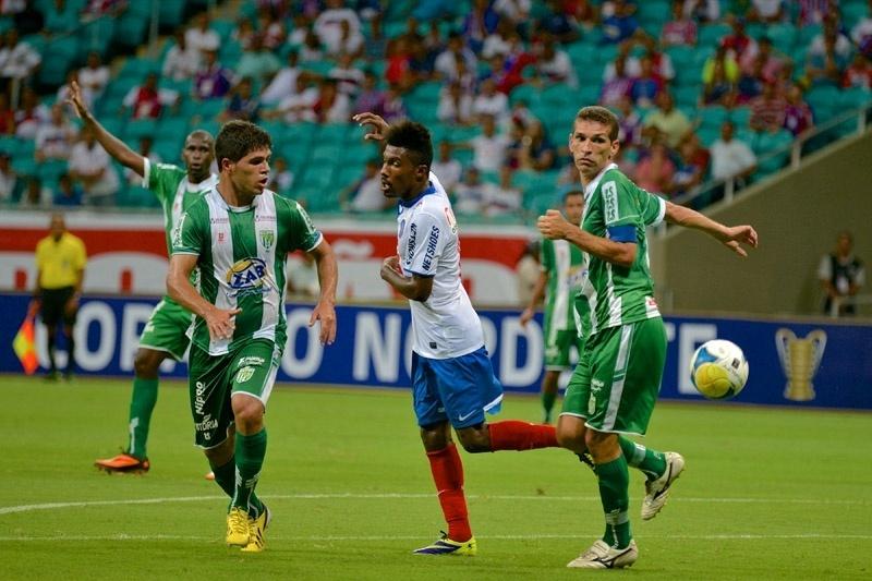 25.jan.2014 - Rhayner, do Bahia, entre dois jogadores do Vitória da Conquista, durante partida da Copa do Nordeste, na Fonte Nova