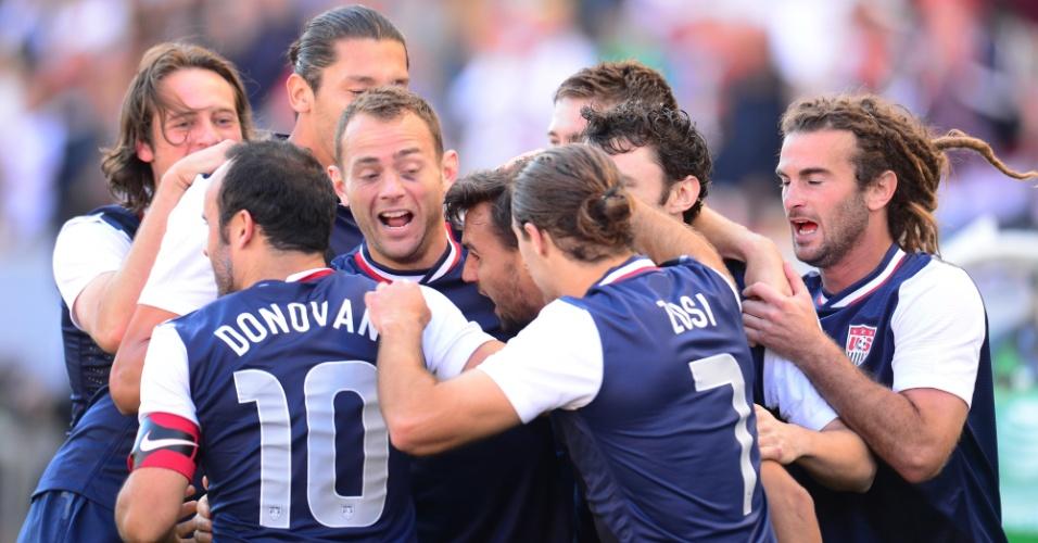 01.fev.2014 - Jogadores dos EUA comemoram um dos gols da vitória por 2 a 0 sobre a Coreia do Sul em amistoso disputado em Carson