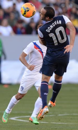 01.fev.2014 - Landon Donovan tenta cabecear a bola durante a vitória por 2 a 0 dos Eua sobre a Coreia do Sul em amistoso disputado em Carson