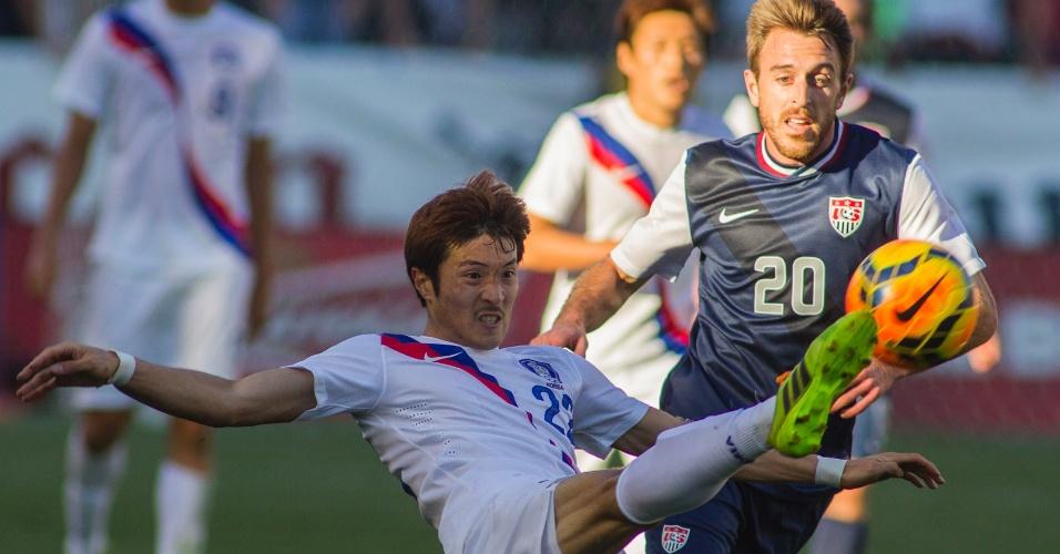 01.fev.2014 - Park Jong-Woo, da Coreia do Sul, leva a melhor na disputa pela bola durante a derrota por 2 a 0 para os EUA em amistoso disputado em Carson