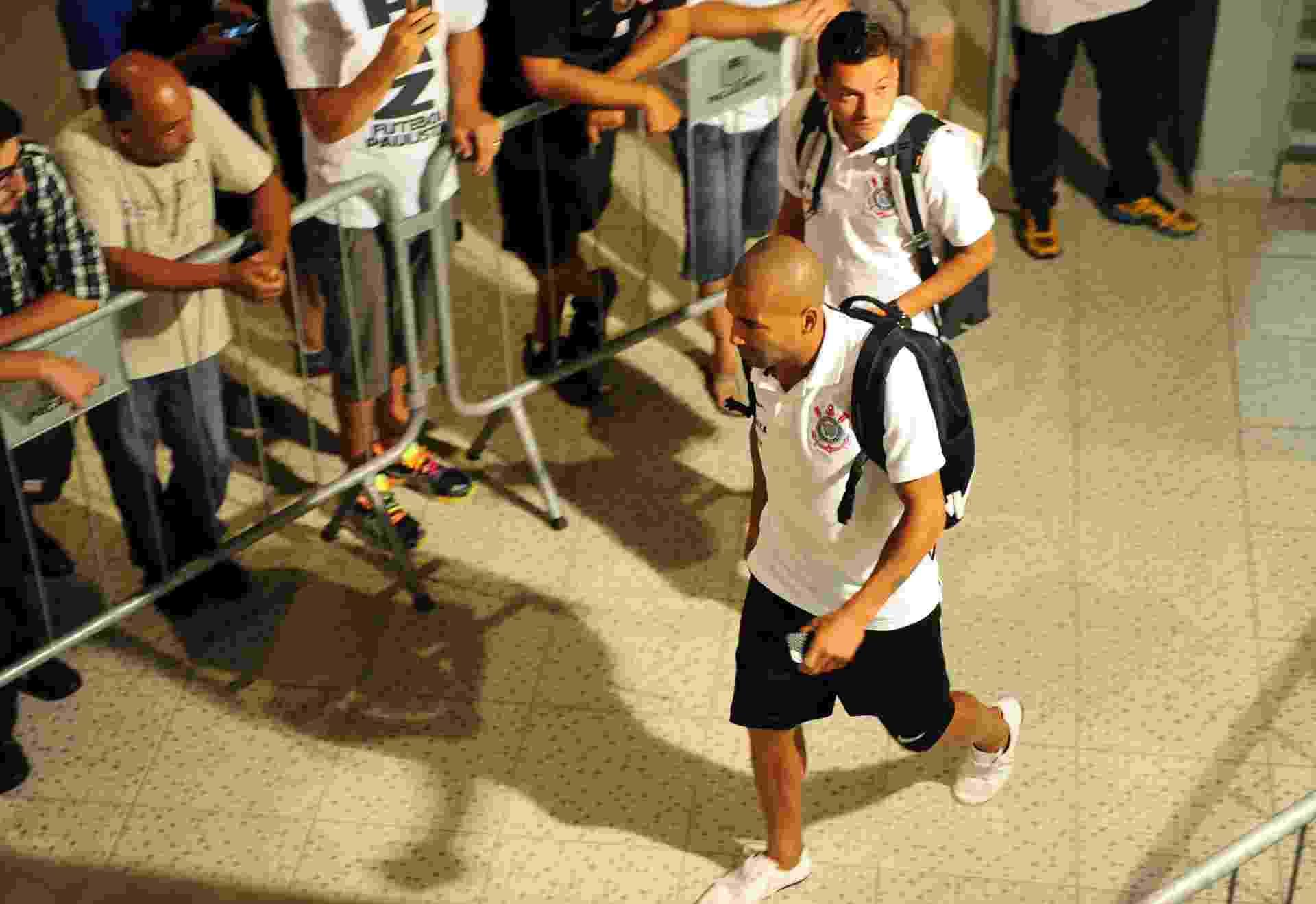 05.fev.2014 - Sem Pato, que está próximo de acertar sua transferência para o São Paulo, jogadores do Corinthians chegam ao Pacaembu para a partida contra o Bragantino pelo Campeonato Paulista - Junior Lago/UOL
